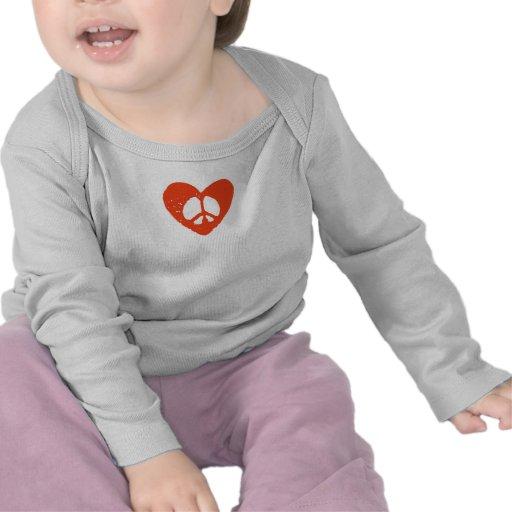 Corazón rojo del Grunge con el signo de la paz Camisetas