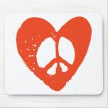 Corazón rojo del Grunge con el signo de la paz Alfombrilla De Raton