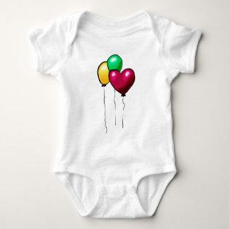 Corazón rojo del verde amarillo de tres globos camisas