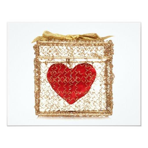 Corazón rojo en una caja de regalo de oro invitación 10,8 x 13,9 cm