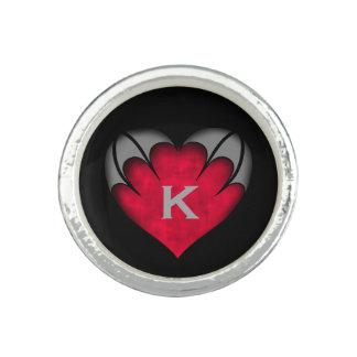 Corazón rojo gótico en con monograma negro anillo