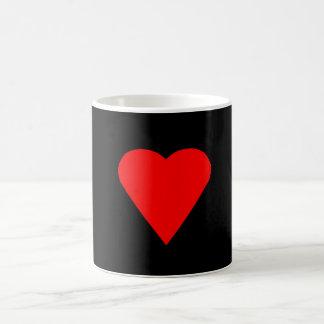 Corazón rojo grande en la taza de café negra del