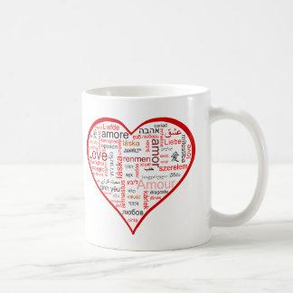 Corazón rojo por completo del amor en muchas idiom taza
