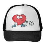 Corazón rojo sano que juega con el balón de fútbol gorras