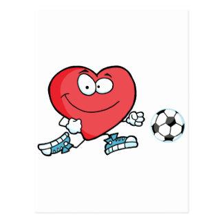 Corazón rojo sano que juega con el balón de fútbol postal