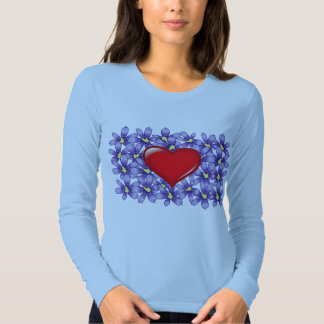 Corazón rojo sobre las flores de las violetas playera