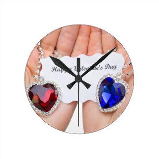 Corazón rojo y azul de la joyería con la tarjeta reloj redondo mediano