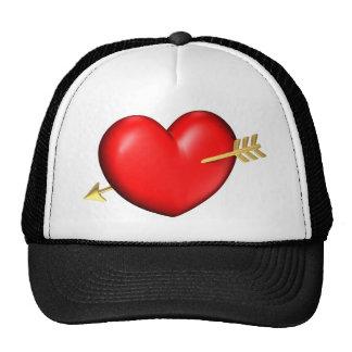 Corazón rojo y rechoncho con la flecha de oro gorra