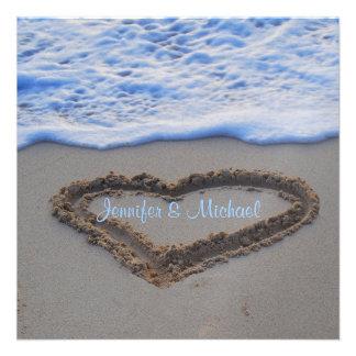 Corazón romántico en el boda de playa de la arena invitacion personal