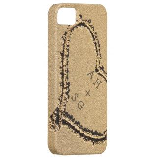 Corazón romántico en las iniciales de la arena per iPhone 5 funda