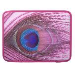 Corazón rosado de la pluma del pavo real fundas para macbook pro