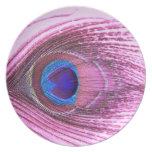 Corazón rosado de la pluma del pavo real platos de comidas