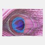 Corazón rosado de la pluma del pavo real toallas