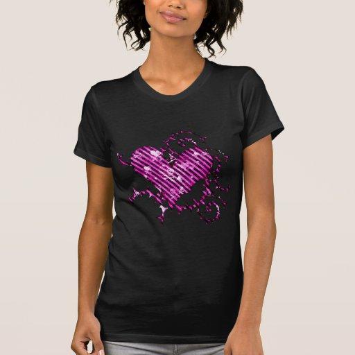 Corazón rosado de púas con los cráneos y los coraz camisetas