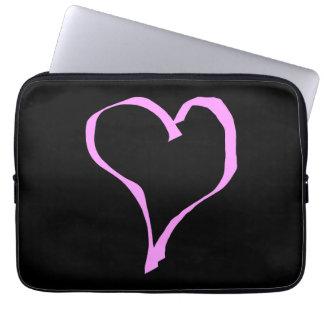 Corazón rosado en negro manga portátil