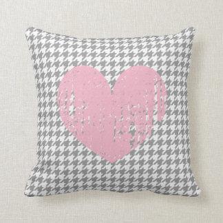 Corazón rosado y almohada de tiro gris del modelo