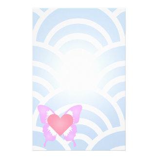 Corazón rosado y púrpura de la mariposa inmóvil papeleria de diseño