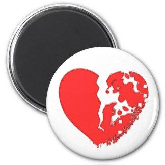 Corazón roto a los pedazos. Diseñado en un imán