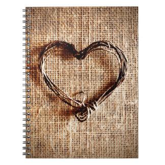 Corazón rústico de la guita del país en la spiral notebook