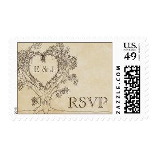 Corazón rústico en los sellos de RSVP de un árbol