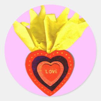 Corazón sagrado con rosa pegatina redonda