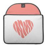 Corazón salvaje rosado coralino fundas para macbooks