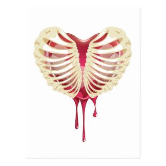 Corazón sangrante rojo en tórax postales