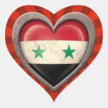 Corazón sirio envejecido de la bandera con los pegatina en forma de corazón