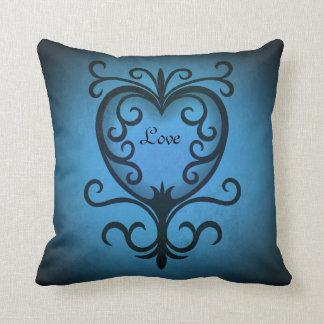 Corazón swirly negro y azul romántico del amor cojín