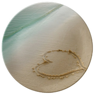 Corazón tallado en la placa de la porcelana del platos de cerámica