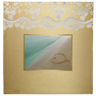 Corazón tallado en la servilleta del amor del boda