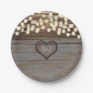 Corazón tallado en occidental rústico de madera platos de papel