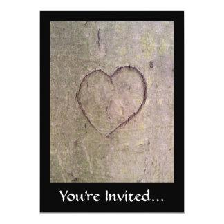 """Corazón tallado en un árbol invitación 5"""" x 7"""""""