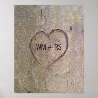 Corazón tallado en un árbol póster