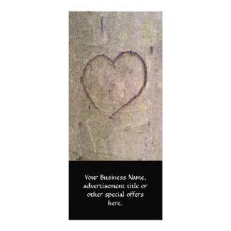 Corazón tallado en un árbol tarjeta publicitaria personalizada