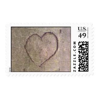 Corazón tallado en un árbol timbre postal