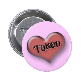 Corazón tomado pin redondo 5 cm
