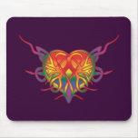 Corazón tribal del arco iris alfombrilla de raton