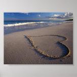 Corazón tropical de la playa en tarjeta del día de impresiones
