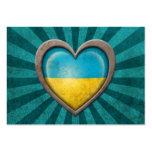 Corazón ucraniano envejecido de la bandera con los tarjeta de negocio
