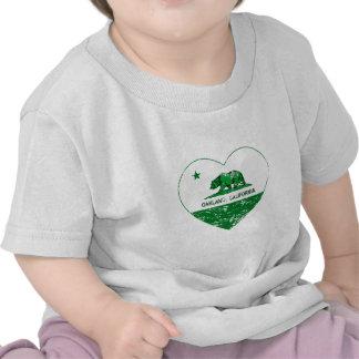 corazón verde de Oakland de la bandera de Californ Camiseta
