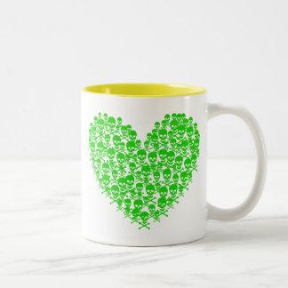 Corazón verde del cráneo taza de dos tonos