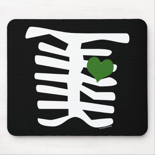 Corazón verde esquelético alfombrillas de raton