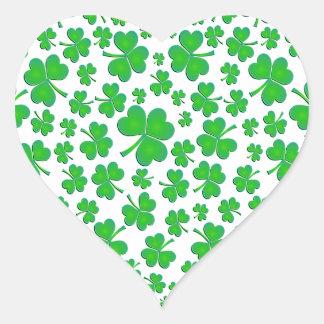 Corazón verde irlandés del trébol pegatina en forma de corazón