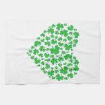Corazón verde irlandés del trébol toalla