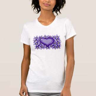 Corazón violeta con las flores polera