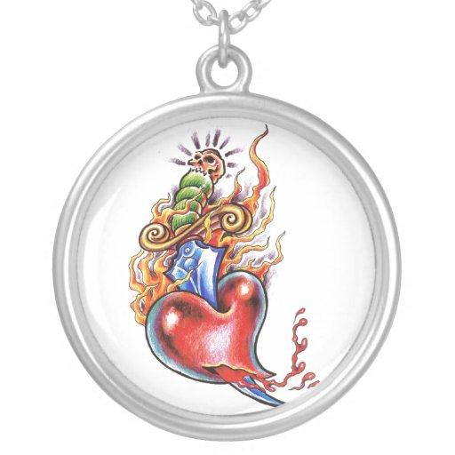 Corazón y daga frescos en tatuaje de las llamas grimpola
