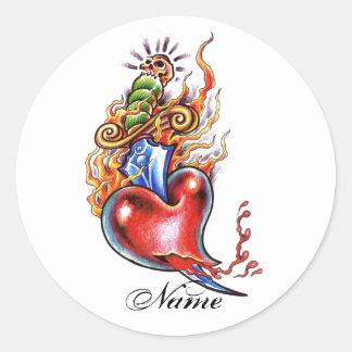 Corazón y daga frescos en tatuaje de las llamas pegatina redonda