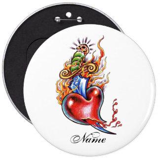 Corazón y daga frescos en tatuaje de las llamas pin redondo de 6 pulgadas