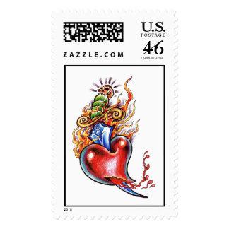 Corazón y daga frescos en tatuaje de las llamas sellos